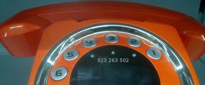 Teléfono con el número 923 263 502 impreso